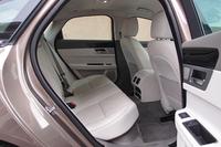 座面、背もたれともに大きく後傾した後席。ニールームは先代比で24mm拡大された。