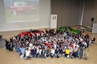 講演者と約150名の参加者がそろっての記念撮影。