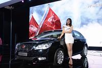 2012年の北京ショーのコンパニオン。肩を露出してミニスカートが定番だった。