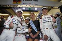 ポールポジション獲得を喜ぶ、2号車ポルシェのドライバーたち。写真左から、R.デュマ、N.ジャニ、ミス・ルマンを挟んでN.リーブ。