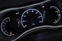 マイナーチェンジを機に採用された、液晶表示タイプの計器盤。中央をスピードメーターが占める。
