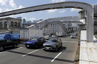 東京の下町を行く2台。これまでのSUVに対する見方が変わるほどのインパクトを、テスターに与えた。(photo:北畠主税)