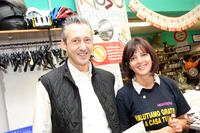 「イル・メルカティーノ」シエナ店の店主、ジャンニ・ビンディさん(写真左)と夫人。