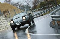 1トンを切る軽いボディーで、ひらひらと長尾峠を駆ける初代「ロードスター」。同じ「ロードスター」ではあるものの、今回試乗した2台の車両重量の差は、実に210kgにもなる。