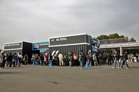 会場内に設けられた「MINIクロスオーバー」のお披露目ブース。制限時間15分の入れ替え制で、入場待ちの来場者が列をなしている。側壁には1/1サイズのモックアップが飾られている。