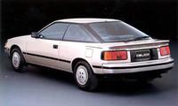 ちなみにこれは1985年に登場した4代目トヨタ・セリカの後ろ姿。エチュードと雰囲気が似てませんか?