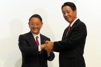 握手を交わすトヨタの豊田章男社長(左)と、マツダの小飼雅道社長(右)。