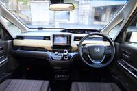 最初に試乗した「フリード ハイブリッドG Honda SENSING」のインテリア。ダッシュボードには、内装色に合わせて3種類の装飾パネルが用意されている。