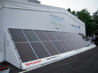 バッテリー交換ステーションに設置される太陽光発電パネル。期間中に利用する電力は、すべてこの太陽光発電システムから供給されているとか。