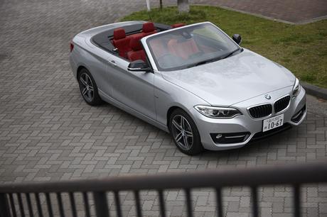 「BMW 2シリーズ」にソフトトップの「カブリオレ」が登場。手頃なサイズの4座オープン、しかも後輪駆動とい...