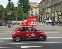 同じくトリノで。イタリアにおいて「CAR2GO」と並ぶカーシェア大手「エンジョイ」。赤い「フィアット500/500L」を使用している。トリノ・ポルタヌォーヴァ駅前で。