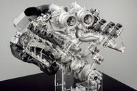 V8エンジンのカットモデル。上部に二つのタービンが見える。