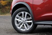 「日産ジューク」は、2010年6月にまず1.5リッターのFF車がデビュー。5カ月後の11月に1.6リッターのFF車と4WD車が追加された。ひとまわり大きな17インチアルミホイール(写真)は、1.6リッターモデルの特徴のひとつ。なお、タイヤサイズは215/55R17だ。