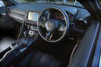 「GT-Rトラックエディション engineered by nismo」(以下トラックエディション)のインストゥルメントパネルまわり。「GT-R」の内装は、2017年モデルを機にデザインが大幅に変更された。