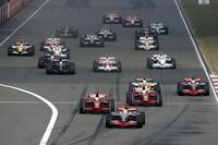 ポールポジションのハミルトン、2番グリッドのライコネンと日本GPと同じ顔ぶれのフロントロー。スタートで大きなミスをおかした前戦と違い、ハミルトンが好スタートでトップへ。以後、後続を突き放し独走した。(写真=Mercedes Benz)
