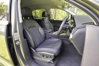 パーシャルレザーの標準シート(写真)。オプションでスポーツシートやコンフォートシートも選択可能。
