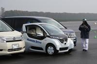電動シティーコミューターの「MCβ」。自動運転技術が取り入れられており、タブレット端末で指示するだけで、自動で出庫し、前のクルマに追従走行し、そして自動で駐車……という一連の動作に、思わず脱帽。