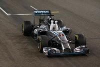 予選2位から抜群のスタートでトップに立ったハミルトン(写真)。ポールシッターのニコ・ロズベルグが2位走行中にトラブルに見舞われた時点で、事実上、勝負は決まった。終盤、マッサに食いつかれるも首位を守り切り、今シーズン11回目の勝利を飾った。(Photo=Mercedes)