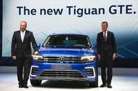 この日主役として披露された「ティグアンGTEコンセプト」と、フォルクスワーゲン グループ ジャパン代表取締役のスヴェン・シュタイン氏(写真左)、フォルクスワーゲン乗用車ブランド取締役会会長のヘルベルト・ディース氏(同右)。