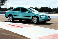 S60RとV70Rには、オーリンズレーシング社と共同開発した「アクティブパフォーマンスシャシー」が搭載される。これはショックアブソーバーのダンピングを、クルマの挙動および路面状況によって電子的にコントロールするシステムだ。「コンフォート」「スポーツ」「アドバンストスポーツ」と3つのモードが用意される。