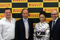 記者会見には、ピレリのモータースポーツ・ダイレクターであるポール・ヘンベリー氏(写真左端)も参加した。その隣に立つのは、(左から順に)マルコ・エッリ、安藤美姫、ジョバンニ・アンジェロ・ポンツォーニの各氏。