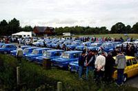 サーキット脇のスペースに150台のR8Gが集合。チューニングカーも多く、オーナー同士で語り合う姿も。