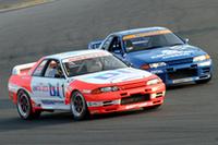 「カテゴリー混走模擬レース2」で、バトルする長谷見昌弘(左)と星野一義(右)の「R32 GT-R」。