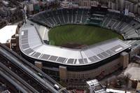 """阪神甲子園球場の大屋根に設置されたソーラーパネルは、ホンダの子会社であるホンダソルテック製。ホンダソルテックのビジネスは個人向けを中心としているが、甲子園球場は珍しい採用例のひとつ。甲子園名物""""銀笠""""に組み込まれたソーラーパネルの様子が客席からは見られないのが惜しいところ。"""