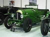 """""""YH3196""""の登録ナンバーは1927年製「ベントレー 4 1/2リッター""""Old Mother Gun""""」。1928年ルマンで優勝した元ワークスカーだ。27年のルマンでクラッシュし、大規模な修理を経て28年にバーナート/ルービン組が優勝を果たし、29年にはダンフィー・キッドストンのドライブで2位に入賞している。"""