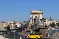ハンガリーの名所、くさり橋にて。手前のタクシーは、初代「シトロエンC4ピカソ」である。