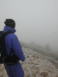 吹雪に加えガスがでて、視界が悪い。無理は禁物だ。