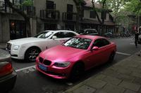 ショッキングピンクの「BMW 335iカブリオレ」。