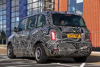 新型ロンドンタクシーのリアビュー。エクステリアデザインは、従来モデルに似た2ボックススタイルとなっている。