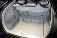二段式の荷室。フロアボードを105mm落としこんで高めの荷物に対応する。