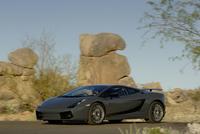 エキゾチックなスーパースポーツが砂漠に映える。ボディカラーは、ダークグレー、ブラック、オレンジ、イエローの4色。