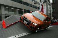 30度の斜面を横切る「バンク」セクションを行く体験車両(アウディQ3)。