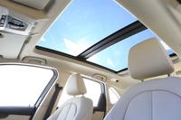 室内を明るく保つ「電動パノラマ・ガラス・サンルーフ」はチルトとスライドのほか、オープン機能も備わる。装着すると車重は30kg重くなる。