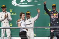 F1第18戦アメリカGPを制したルイス・ハミルトン(中央)は、メルセデスのスタッフとともに喜びを分かち合った。2位はメルセデスのニコ・ロズベルグ(左)、3位はレッドブルのダニエル・リカルドだった。(Photo=Mercedes)