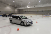 テストの舞台は東京都内のアイススケート場。新製品「X-ICE3+」と従来製品「X-ICE3」の制動性能を比較した。