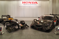 会場には、スーパーフォーミュラ(写真左)とSUPER GTのマシンが並べられた。