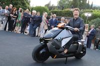 前夜祭において、BMWの二輪部門であるBMWモトラッドは、アーバンモビリティーのための電動スクーター「コンセプト リンク」を公開した。乗っているのはコンクール審査員のひとりで米国人二輪ジャーナリストのポール・ドルレアン氏。
