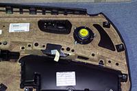 純正ドアスピーカーは内張り側に3本のボルトで止められている。