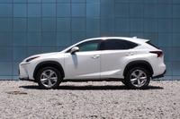 サイドビュー。タイヤの存在感を強調する前後のフェンダーや、ドアパネル下方の造形が特徴的。