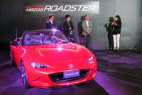 新型「マツダ・ロードスター」と、今回のイベントの3人の登壇者。