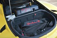 脱着式のロールトップは、オープン時には専用のバッグにしまい、リアのトランクルームに収納する。