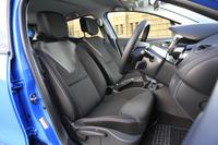 シートの色は黒とグレーのモノトーン。スライドおよびリクライニング調整機構に加え、運転席にはシートリフターも備わっている。