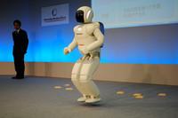 両足ジャンプする新型ASIMO。ケンケンも後ろ向き走りもできる。