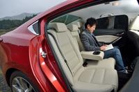 後席の様子。居住性を向上させるべく、先代モデル比で座面は24mm、背もたれは28mm延長されている。
