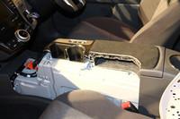 運転席と助手席の間には、リチウムイオンバッテリーが収まる(7人乗り仕様車)。ティッシュボックスも入れられる上部の収納スペースにはこだわったとのこと。