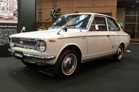 会場に展示された初代「カローラ」(1966年)。1.1リッター直4 OHVエンジンを搭載する。